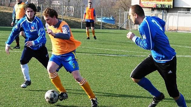 V zápase zimního turnaje se potkala dvě družstva 1. B třídy, která si to spolu rozdají v prvním jarním kole. Janová (modré dresy) byla po celý zápas lepší a porazila Poličnou (oranžové rozlišováky) 4:0.