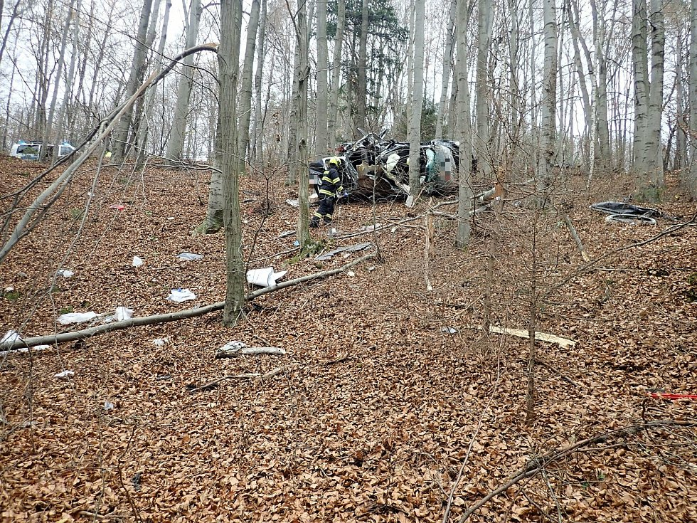 Policisté a záchranáři zasahují u tragické dopravní nehody ve vsetínské místní části Horní Jasenka, při níž zemřel třiačtyřicetiletý řidič; čtvrtek 19. listopadu 2020