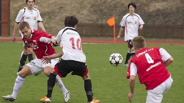 Fotbalisté Valašského Meziříčí (červené dresy) doma prohráli s Hranicemi 1:2.