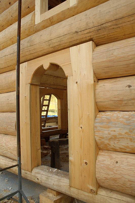 Parta tesařů z Hošťálkové a okolí staví repliku vyhořelého kostela, který stával v třinecké místní části Guty. Koncem října 2019 se pustili do krovů.
