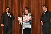 Ředitel společnosti Austin Detonator Otta Grebeň (vlevo) a vsetínský místostarosta a poslanec Petr Kořenek předávají ředitelce Vsetínské nemocnice, a. s. Věře Prouskové sponzorské dar na obnovu LDN.