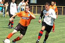 Utkání 1. B třídy Poličná (oranžové dresy) – Horní Lideč skončilo vítězstvím hostujícího celku 1:0.