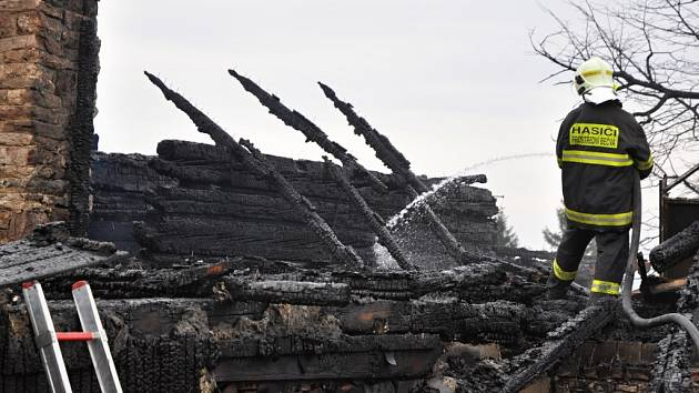 Hasiči dohašují rozsáhlý požár, který vážně poničil historickou budovy Libušína na Pustevnách postavenou podle architekta Dušana Jurkoviče; Pustevny, Prostřední Bečva, pondělí 3. března 2014