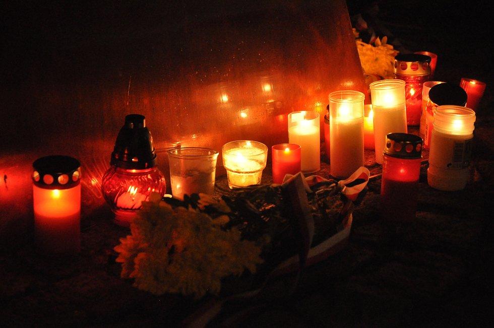 Hořící svíčky u památníku obětem totalitních režimů v Panské zahradě ve Vsetíně; neděle 17. listopadu 2019