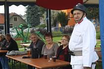 V Zubří pojali oslavy 705. výročí města v retrostylu. U Klidového centra se to hemžilo puntíky, kytkami i nevýraznými hnědými kostýmy.