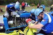 Hasiči a hasičky závodí v sobotu 11. května 2019 na okrskové soutěži soutěži v požárním sportu v Hrachovci u Valašského Meziříčí. S výjimkou mužů nad 35 let, kteří závodili jen v požárním útoku, všichni ostatní změřili síly také v překážkovém běhu na sto