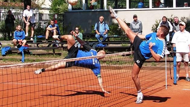 Vsetínský kapitán Josef Nezval (vlevo) při své typické smeči v jednom z duelů prvooligového utkání Climax Vsetín – Český Brod (6:0).
