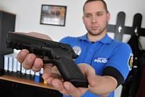 Strážník Městské police ve Vsetíně Petr Kubica ukazuje novou pistoli CZ 75 typ P-07, kterou strážníci postupně v rámci výměny zbraní zařazují do své výzbroje.