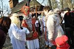 Na tradičním Vánočním jarmarku ve Valašském muzeu v přírodě v Rožnově pod Radhoštěm nemohla v sobotu a neděli 14. a 15. prosince 2019 chybět ani postava Mikuláše.