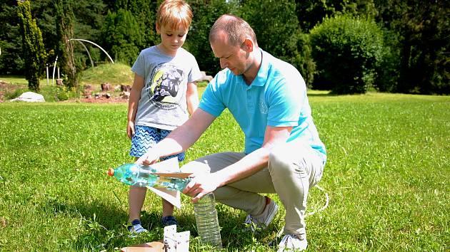 Rodiče s dětmi vyrábějí na hvězdárně ve Valašském Meziříčí rakety z PET lahví a lepenky.