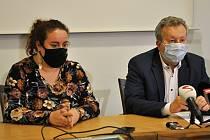 Ministr životního prostředí Richard Brabec a náměstkyně hejtmana Zlínského kraje pro životní prostředí Hana Ančincová na tiskové konferenci svolané kvůli dalšímu úniku neznámé látky do řeky Bečvy; středa 2. prosince 2020