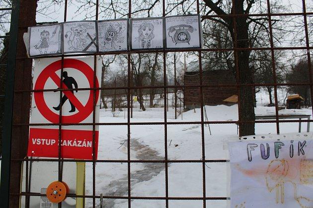 Stavební úřad ve Vsetíně řeší řízení o odstranění černé stavby. Chovatel Michal Prášek se odvolal, řízení dále probíhá.