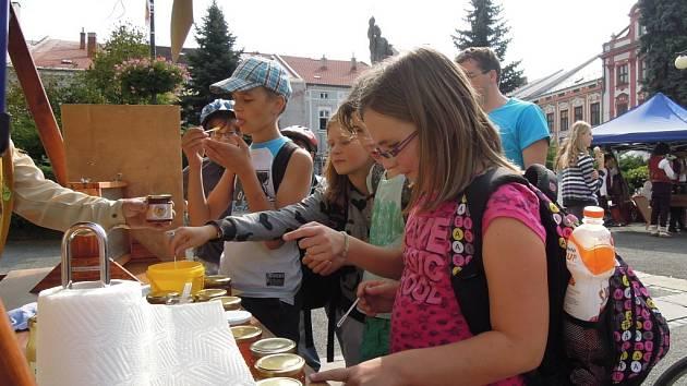 V Meziříčí koštují med. Med chutnal hlavně dětem.