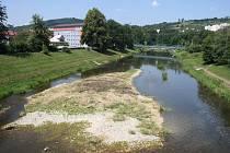 Také Valašsko sužuje v posledních týdnech sucho. Dokladem je také neutěšený stav vody ve Vsetínské Bečvě.