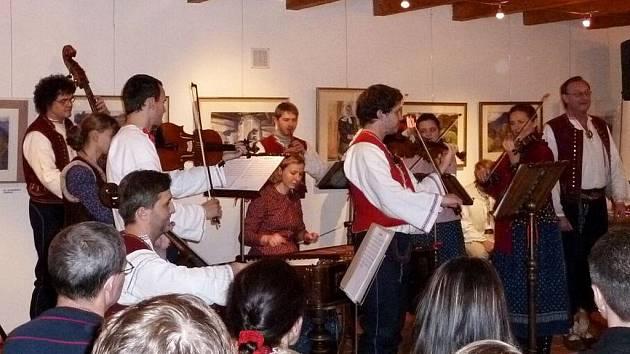 V informačním centru Zvonice na Soláni se v pondělí 27. prosince konal vánoční pořad s cimbálovou muzikou Soláň a Danielem Drápalou