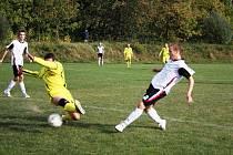 V Poličné se hrál fotbal jako řemen. Domácí borci (ve žlutém) remízovali s rezervou Meziříčí 2:2.