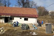 Dělníci opravují rodný dům kardinála Štěpána Trochty ve Francově Lhotě. Do dvou let zde vznikne muzeum.