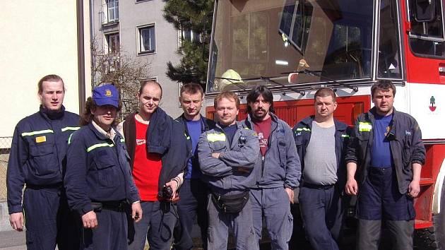 KONEČNĚ PADLA. Část jednotky požární ochrany z Jablůnky po stáži u profesionálních hasičů ve Vsetíně.