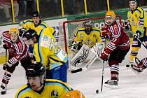 ve čtvrtém zápase čtvrtfinále play off Vsetín (červené dresy) doma podlehl Přerovu a sezona pro něj skončila.