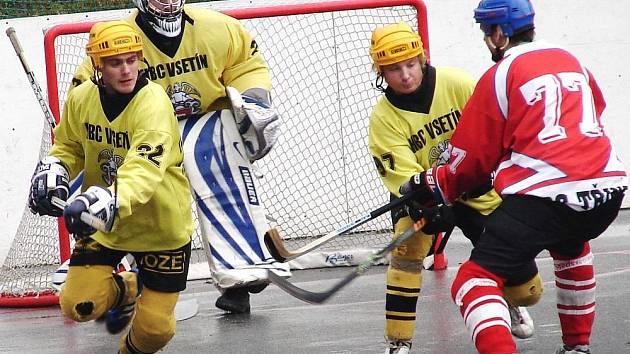 Hokejbalisté Vsetína (ve žlutých dresech).