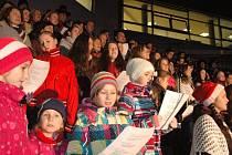 Valašské koledy zněly v předvečer Štědrého dne vsetínským Dolním náměstím. Jako v posledních přibližně třiceti letech každý rok je za doprovodu cimbálové muziky zazpívali členové všech složek Valašského souboru písní a tanců Vsacan a Vsacánek.
