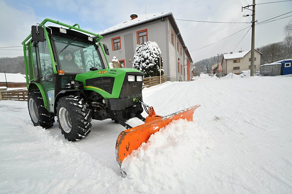 Karanténa nařízená kvůli koronaviru oslabila pracovní síly na obecním úřadu v Prlově. Odklízení sněhu z chodníků tak zbylo na starostu obce Jaromíra Kratinu.