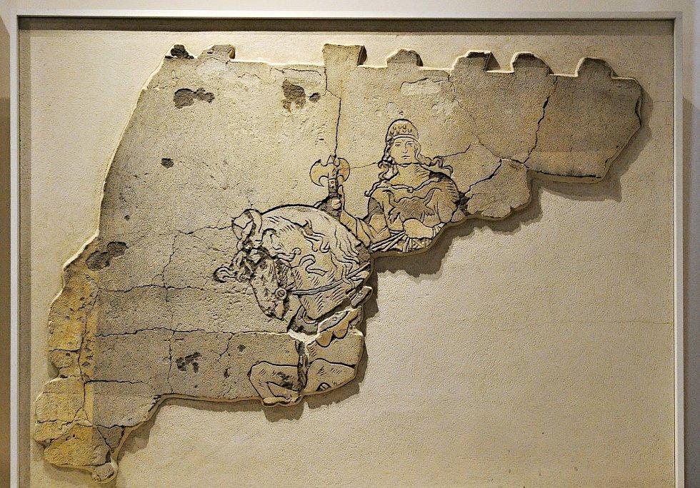 Část omítky z chaty Libušín na Pustevnách s vyobrazením boha Radegasta; Valašské muzeum v přírodě v Rožnově, Sušák, 1. patro, srpen 2020
