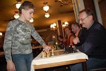 Mladý šachista Vojtěch Plát při vsetínské simultánce