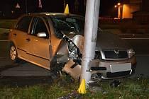 Osobní vůz Škoda Fabia řízený pětašedesátiletým mužem z Ostravy havaroval v pondělí 25. listopadu do sloupu veřejného osvětlení u kruhového objezdu v sousedství čerpací stanice Shell ve Valašském Meziříčí.