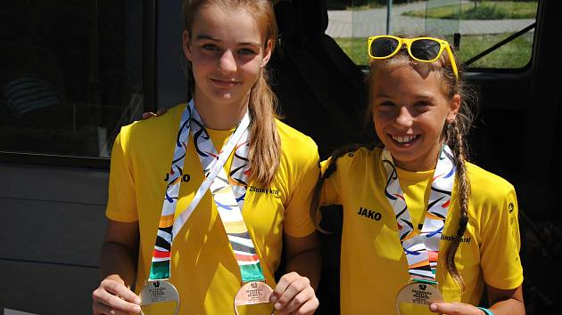 Zlatá oštěpařka Tereza Lieblová (vpravo) a běžkyně a skokanka Adéla Hanáková z Valašského Meziříčí po návratu z Letní olympiády dětí a mládeže, která se konala v Libereckém kraji. (28. června 2019)