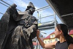 Barokní sochu svatého Valentina u právě opravovaného mostu přes Rožnovskou Bečvu obepíná lešení. Do opravy se pustila restaurátorka Eva Machalová.