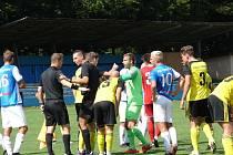 Fotbalisté Vsetína (modro-bílé dresy) porazili Nové Sady 2:0.