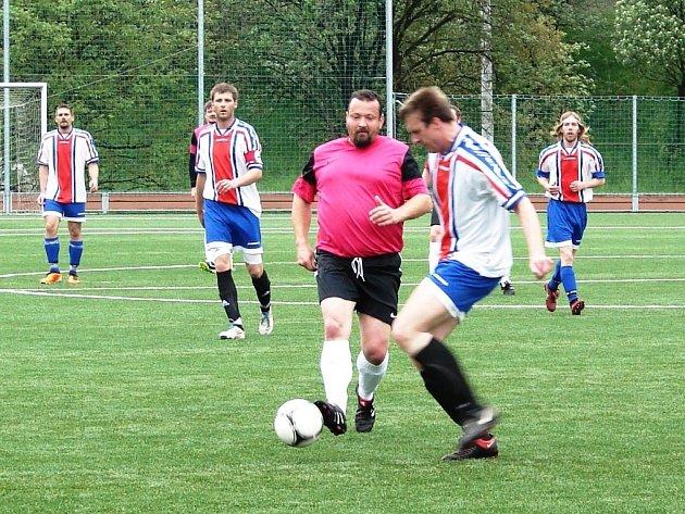 V utkání vsetínské IV. třídy fotbalisté Vsetína C (tmavší dresy) porazili béčko Lhoty u Vsetína vysoko 6:1.