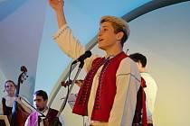 Cimbálová muzika Kordulka spolu s dalšími mladými hudebníky a zpěváky představila ve vsetínském zámku projekt Mladí ladí folklor; Vsetín, sobota 12. listopadu 2016
