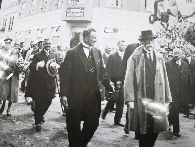 Na návštěvě ve Vsetíně. Vedle Masaryka kráčí bývalý starosta Vsetína Josef Sousedík. Originál uložen ve Státním okresním archivu Vsetín.