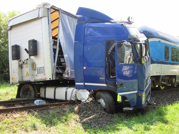 Střet osobního vlaku a kamionové soupravy s tahačem Volvo zablokoval ve čtvrtek 4. července železniční dopravu na trase Rožnov pod Radhoštěm – Valašské Meziříčí.