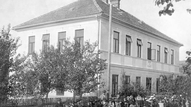 Škola v Huslenkách roku 1907
