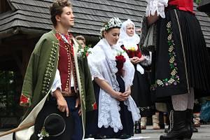 Krojovanou valašskou svatbu předvedli v sobotu 27. června ve Valašském muzeu v přírodě v Rožnově pod Radhoštěm.