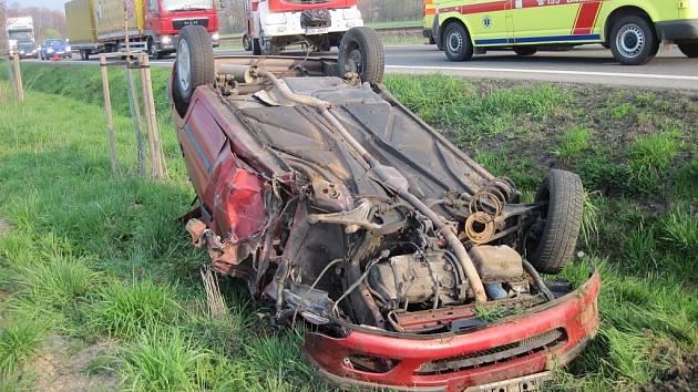 Střet dvou osobních aut omezil provoz na hlavním tahu u Zubří.
