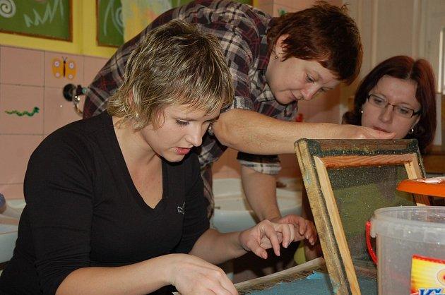 Výroba ručního papíru v Rodinném a mateřském centru Sluníčko ve Vsetíně, program pro maminky, které centrum navštěvují úterý 5. února 2008, na snímku Anna Horáková