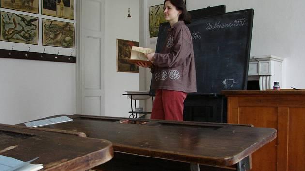 Zámek Kinských připravil výstavu, v níž představuje školu z padesátých let. Návštěvníci mohou usednout do sklápěcích lavic, prolistovat staré učebnice, ohmatat si školní pomůcky tehdejší doby.