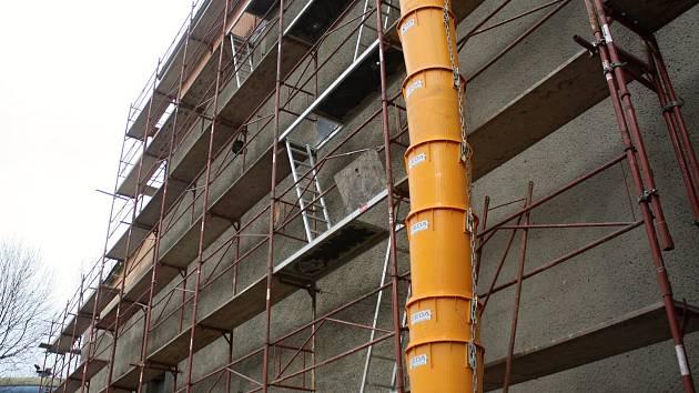 Kolem budovy Lidového domu postavili řemeslníci lešení a zatím opravili přes šedesát procent všech střech. Po výměně oken přijde na řadu nová fasáda. V plném proudu je výměna jevištní technologie.