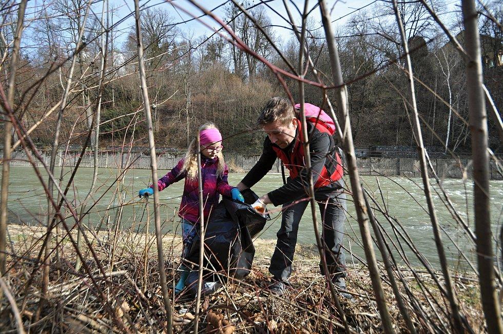 Učitel Petr Vágner se při letošním ročníku kampaně Ukliďme Česko pustil do čištění břehu řeky Bečvy poblíž parku Panská zahrada ve Vsetíně. Zdatně mu přitom pomáhala jeho sedmiletá dcera Veronika; sobota 27. března 2021