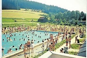 KOUPALIŠTĚ. Třiadvacátého června 1990 proběhlo slavnostní otevření koupaliště v Mikulůvce. Od svého otevření je vyhledávaným turistickým místem.