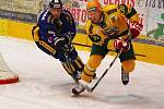 Ve třetím přípravném utkání před novou sezonou hokejisté Vsetína (žluté dresy) podlehli těsně v Šumperku (2:3).