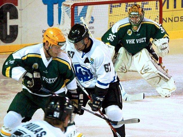 Utkání prvního kola východní skupiny II. ligy Vsetín (zelené dresy) – Havířov nebylo dohráno. Ve 42. minutě zápasu vedli hosté 3:2.