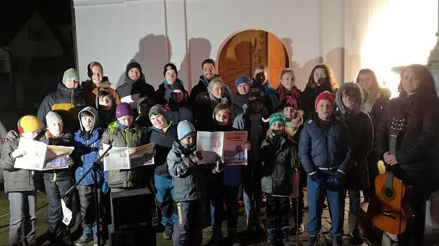 Na třicet školáků společně zpívalo šest koled při letošní akci Deníku Česko zpívá koledy.