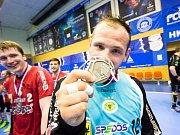 Zuberský gólman Milan Malina se raduje ze zisku bronzové medaile.