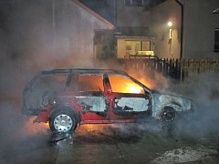 Noční požár auta v Hošťálkové.