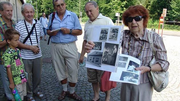 V Rožnově pod Radhoštěm pořádá knihovna ve spolupráci se seniory historické procházky pamětí města.